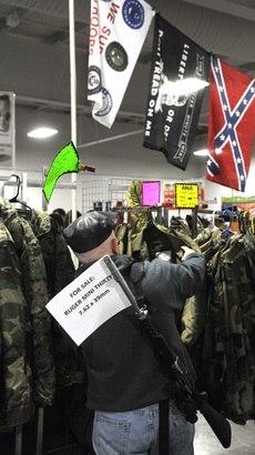 Homem carrega um rifle recém comprado na feira de Kansas City, Missouri