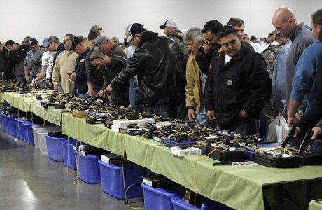População lotou a feira no Kansas para comprar armas antes que as leis fiquem mais rígidas