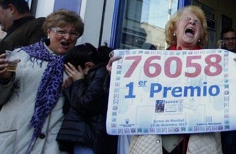 Senhoras comemoram o prêmio na cidade de Manises, perto de Valência