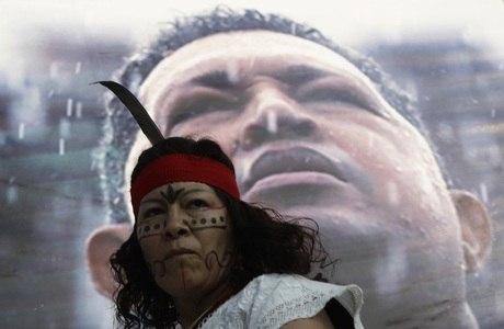 Indígena participa de manifestação de apoio ao presidente Hugo Chávez