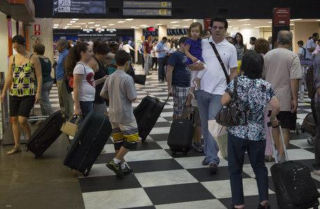 Movimentação de passageiros no saguão do Aeroporto de Congonhas
