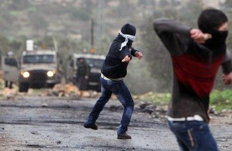 Palestinos jogam pedras no exército de Israel em protesto contra a ocupação