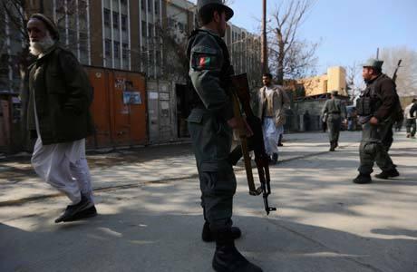 Policial afegão faz guarda em local onde ocorreu o atentado de hoje