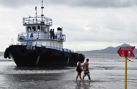 Balsa seguia encalhada na praia de Boqueirão neste domingo (23)