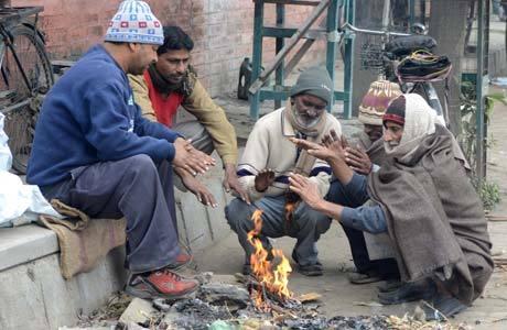Trabalhadores indianos se protegem do frio em Amritsar, no norte do país