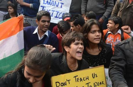Indianos protestam após caso de estupro coletivo em Nova Déli