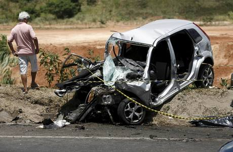 Carro da vítima bateu de frente em caminhão que seguia sentido contrário