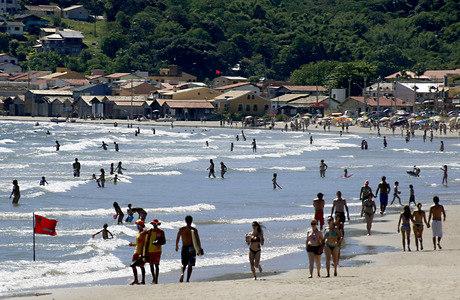 Na praia de Garopaba, no litoral sul de SC, termômetros marcaram 32°C