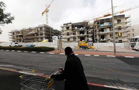 Judeu ultraortodoxo observa assentamento israelense em Jerusalém
