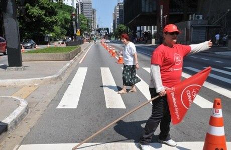 CET organiza trânsito na avenida Paulista após semáforos quebrados