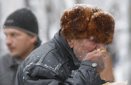 Idoso recebe comida entregue por voluntários em Stavropol, na Rússia
