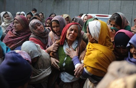 Familiares de Subash Tomar, o policial morto durante as manifestações, participaram do enterro nesta terça-feira (25)