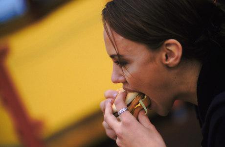 O níveis de LDL, que aumentam com ingestão de gordura saturada presente na carne, no leite e em derivados, prejudicam a passagem do sangue
