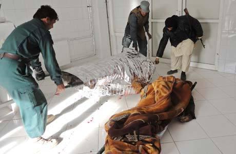 Policiais afegão retiram os corpos das vítimas