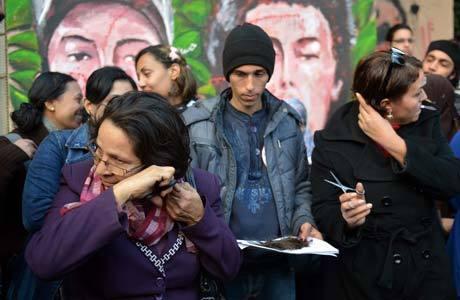 Mulheres cortam seus cabelos em protesto na terça-feira (25) contra a nova Constituição; Cairo amanheceu tranquila nesta quarta
