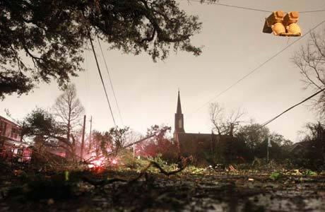 Tempestade derrubou árvores e causou destruição em Mobile, no Alabama