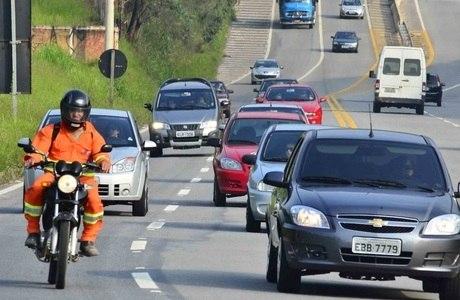 Rodovia dos Tamoios tinha, às 14h30, três pontos de congestionamento