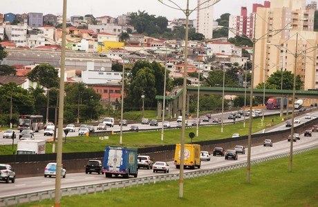 Movimentação de veículos na saída de São Paulo pela Imigrantes na tarde desta quinta-feira