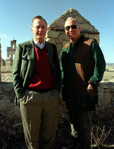 Foto de novembro de 2000 mostra o ex-presidente George Bush e Norman Schwarzkopf, na Espanha