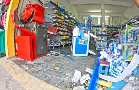 Caixas ficam destruídos após explosão em Caraguatatuba