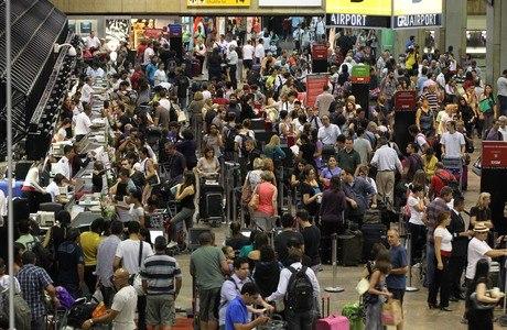 Saguão do aeroporto de Guarulhos ficou lotado em dia de recorde