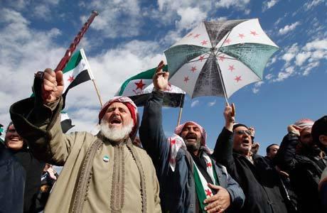 Refugiados sírios e moradores de Aman protestam contra Assad em frente à embaixada da Síria na capital da Jordânia