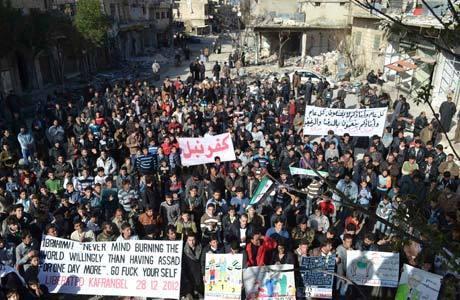 Após a tradicional reza de sexta-feira, manifestantes protestam hoje em Kafranbel contra o governo Assad