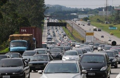 Fluxo de veículos intenso perto do pedágio da rodovia dos Imigrantes, sentido Baixada Santista, na tarde desta sexta
