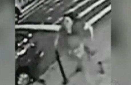 A mulher teria empurrado o homem nos trilhos do metrô pouco antes da chegada do trem