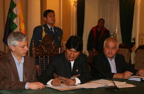 O presidente da Bolívia, Evo Morales assina a nacionalização das empresas distribuidoras de eletricidade do grupo espanhol Iberdrola