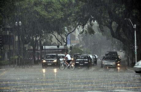 Cidade inteira entrou em estado de atenção para enchentes durante a tarde deste sábado