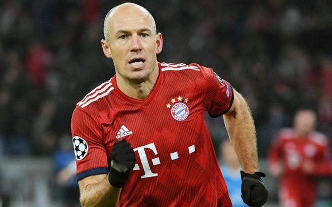 2013 – Outro holandês na lista, Arjen Robben foi um dos craques do Bayern de Munique, que conquistou a Champions League, o Mundial de clubes e a Bundesliga daquele ano. Robben não ficou entre os 3 escolhidos da Fifa. Cristiano Ronaldo, Messi e Ribery ficaram entre os primeiros.