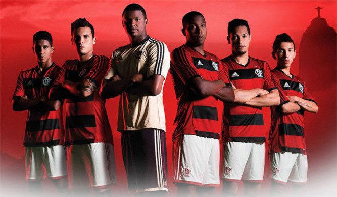 2013 - Primeira camisa da Adidas teve 'gola V' e a lateral toda vermelha