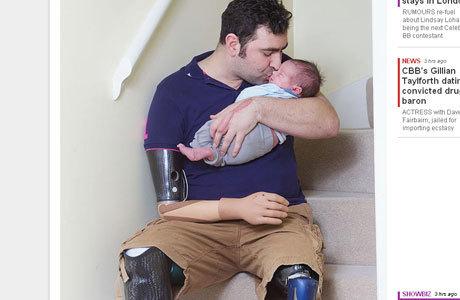 Com apenas um braço, Andy consegue trocar a fralda do filho, alimentá-lo e vesti-lo