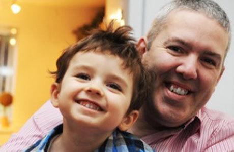Kevin Harrison com o filho Daniel comemora o sucesso do tratamento