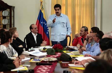 Imagem divulgada pelo governo venezuelano mostra Maduro, vice-presidente, em reunião hoje com empresários do setor de alimentos em Caracas