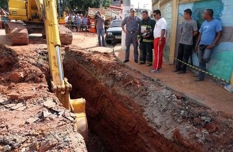 Homens trabalhavam em local que era escavado quando aconteceu acidente