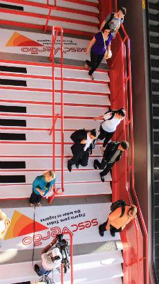 Escada da estação Osasco se transforma em piano
