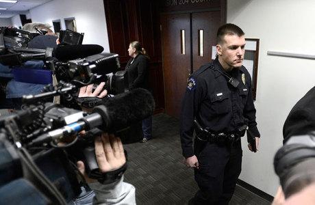 Vários oficiais tiveram que conter as lágrimas durante a audiência sobre o massacre em Aurora