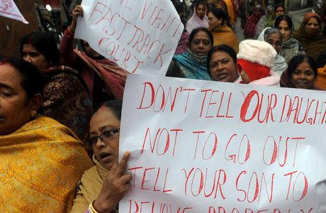 Indiana da ala feminina do Partido Comunista da Índia participa de um protesto contra a gangue de estupradores que foi a julgamente na segunda-feira (7)