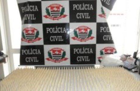 No imóvel, policiais encontraram 1.190 pinos de cocaína