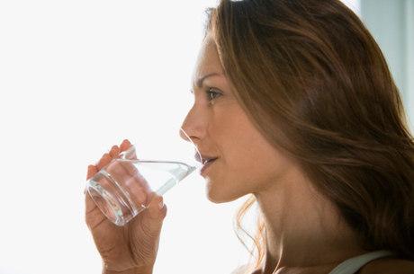 Beber um copo de água por hora pode prevenir doenças
