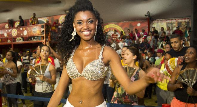 Pamella, princesa da bateria da escola de samba Tom Maior, durante ensaio na quadra da escola, na Barra Funda, na zona oeste de São Paulo, nesta terça-feira (8)