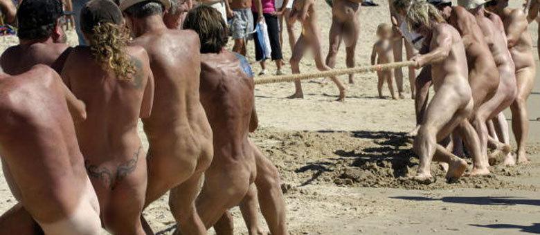 Foto de 2005 mostra competidores das Olimpíadas Nudistas em uma prova de cabo de guerra