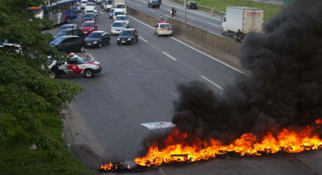 Manifestantes protestavam na rodovia Raposo Tavares, na altura do km 20, em Cotia, na Grande São Paulo