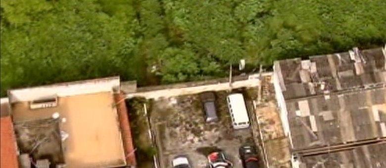 Policiais civis chegam a matagal, no bairro do Socorro, onde suspeito indicou que deixou professor após assassinato