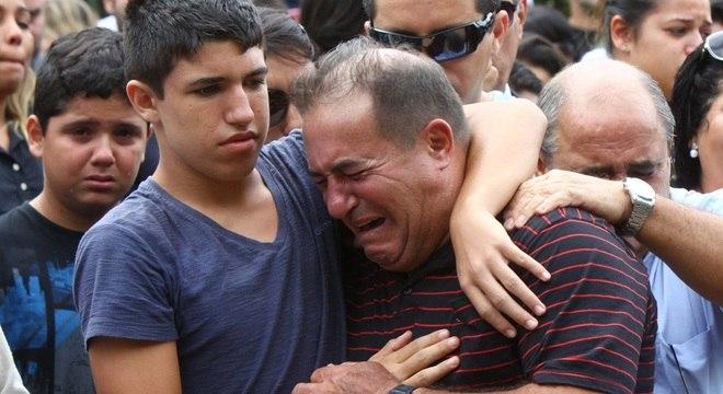 Pai chora durante enterro de bancária morta em tentativa de assalto