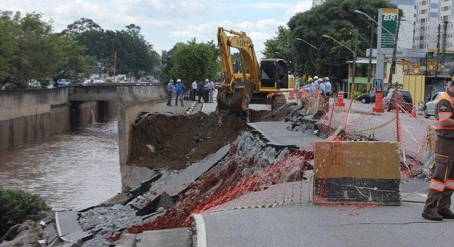 Desmoronamento na rua Manuel Pereira da Silva prejudica o trânsito no local