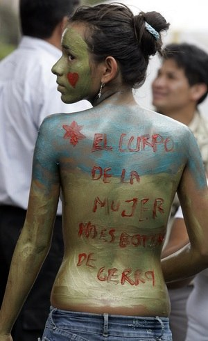 Feminista protesta em Bogotá, na Colômbia