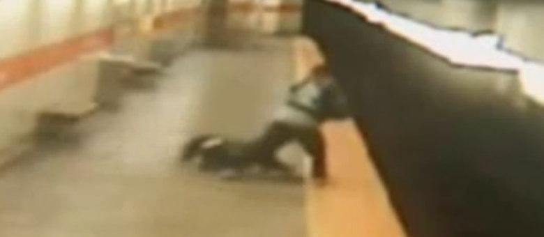A mulher sofreu apenas ferimentos leves e conseguiu voltar para a plataforma em segurança